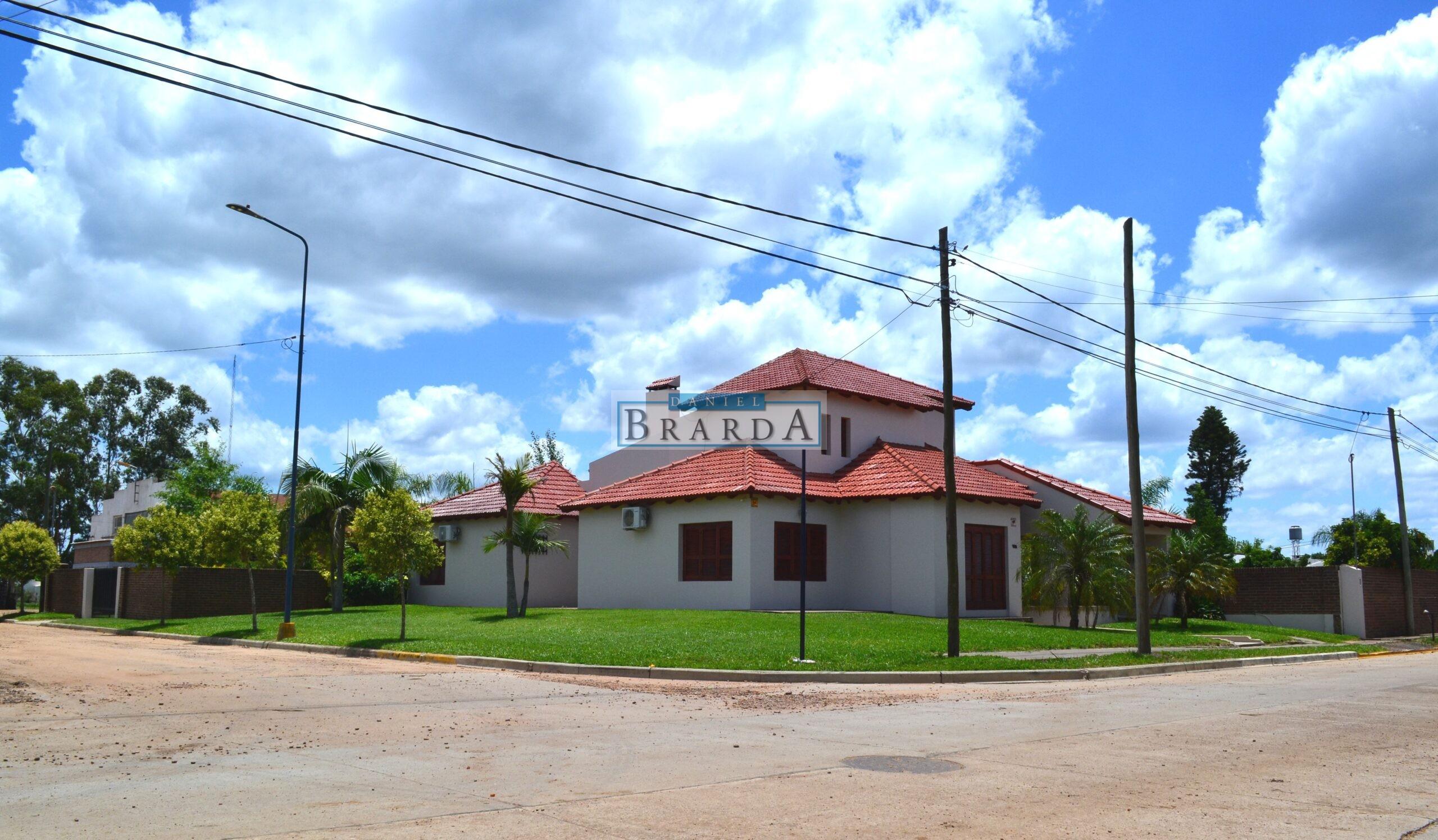 Casa en esquina de Pío XII y Güemes en Villa del Rosario (ER)